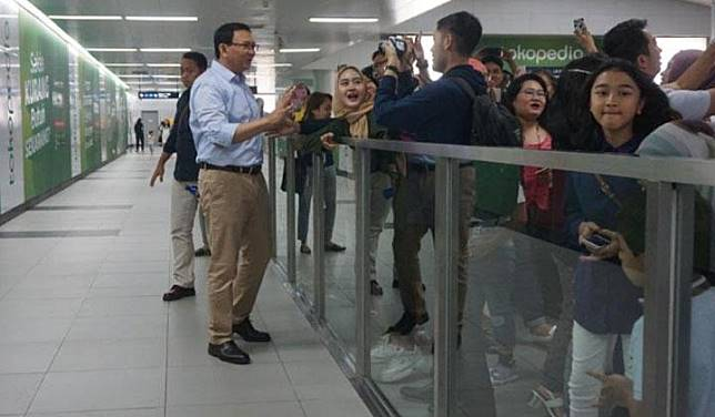 Basuki Tjahaja Purnama or Ahok shakes hands with residents when he tries the MRT in Jakarta. Twitter/@@basuki_btp