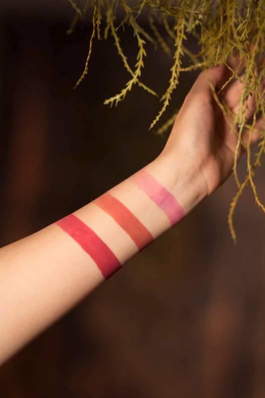 系列亦推出了三個色號的唇膏。