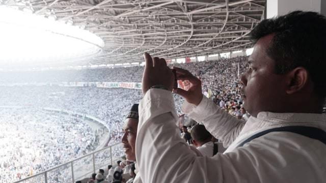 Pendukung pasangan capres-cawapres nomor urut 02 Prabowo Subianto dan Sandiaga Uno hadiri kampanye akbar di Stadion Gelora Bung Karno, Minggu, (7/4). Foto: Iqbal Firdaus/kumparan