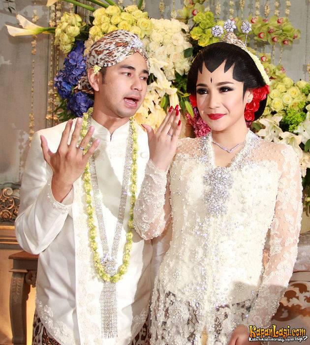 White Javanese Traditional Wedding Dress Fashion Model Reflection