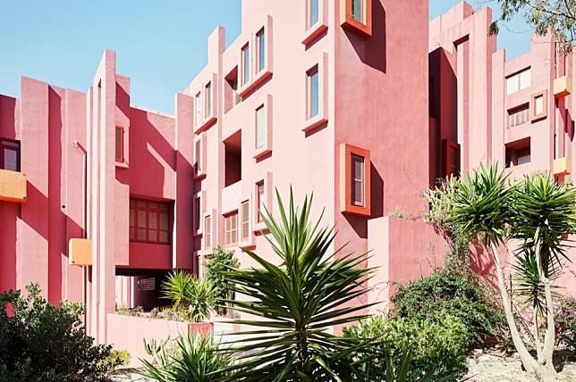 7 Arsitek yang Tidak Takut Menggunakan Warna Mencolok pada Desainnya