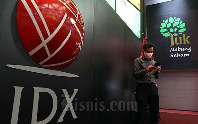Pengunjung melintas di dekat Logo Bursa Efek Indonesia (BEI) di Jakarta, Senin (22/6/2020). Bisnis/Eusebio Chrysnamurti