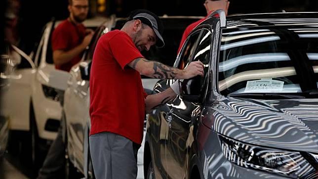 Pekerja tengah merakit mobil Nissan di Pabrik Nissan di Sunderland Inggris, 10 Oktober 2019. REUTERS/Phil Noble