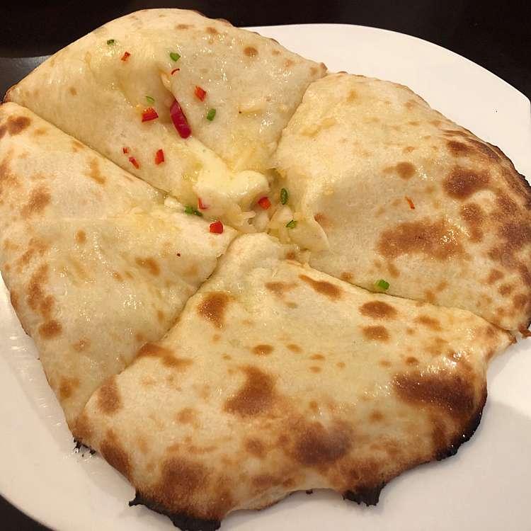 新宿区周辺で多くのユーザーに人気が高いインドカレーまさらダイニングのチーズナンの写真