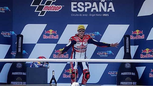 Pembalap Federal Oil Gresini Moto2 Fabio Di Giannantonio melakukan selebrasi usai memenangkan balapan moto2 di Circuito de Jerez, Jerez, 2 Mei 2021. REUTERS/Jon Nazca