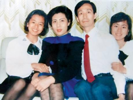 焦媛(左一)一家在她3歲時,由北京移居香港,焦爸爸亦從此放棄京劇演員的身份。