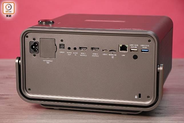 設有USB Type-C插口,能簡單接駁手機或電腦播片,亦備有2組HDMI插口。(盧展程攝)