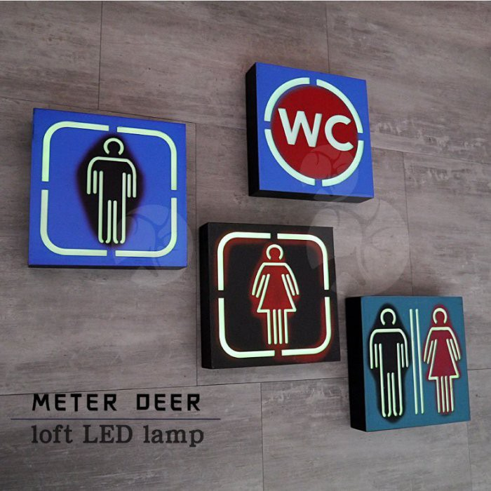 --商品信息-- 名稱 : 美式工業風標示壁燈 尺寸 : 約 24 × 24 × 厚5cm 材質 : 手工上漆彩繪、木質、LED、塑料電池卡槽開關。 顏色/款式 : 男廁 / 女廁 / 廁所 / WC