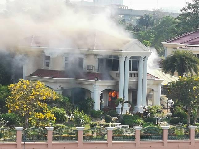 คอมแอร์ระเบิดไฟไหม้ลุกท่วมบ้านหรูของนักธุรกิจดังเมืองนนท์ประเมินค่าเสียหาย 1 ล้านบาท