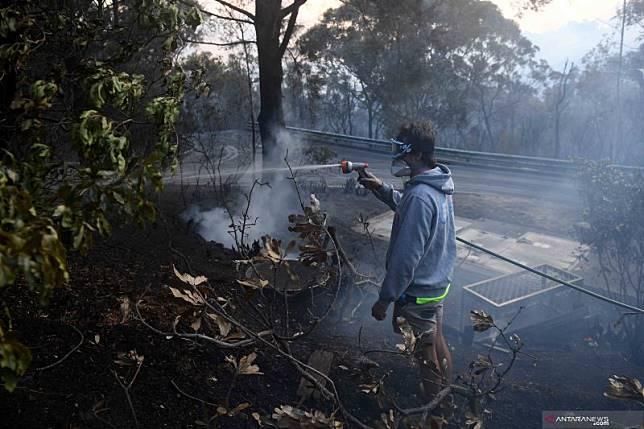Dua orang ditemukan tewas dan 100 rumah hancur di Australia