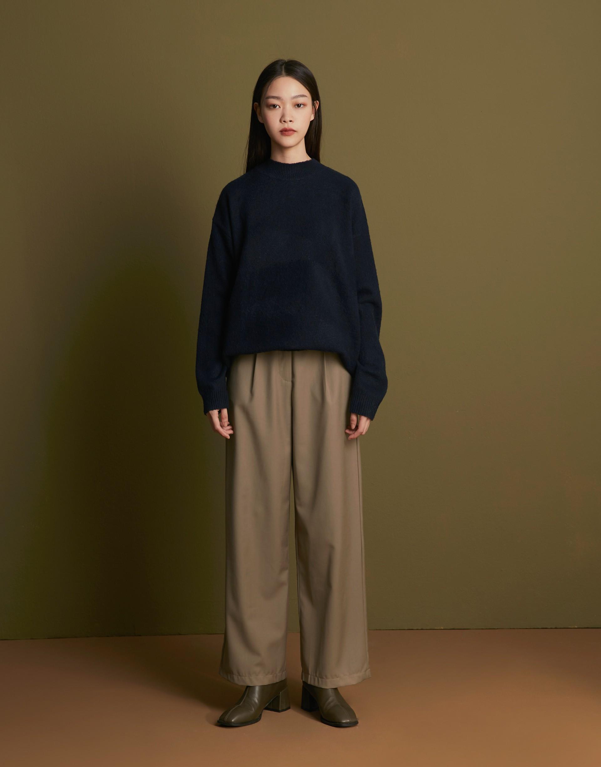彈性:微彈 褲管微寬、上壓摺設計、復古感版型、後裝飾袋蓋設計