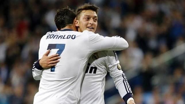 Mesut Ozil dan Cristiano Ronaldo (soccerladuma)