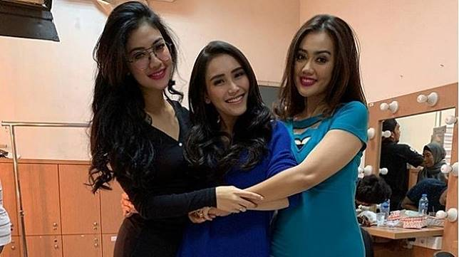 Adik Julia Perez, Della Perez dan Nia Anggia bersaam Ayu Ting Ting (tengah). [Instagram]
