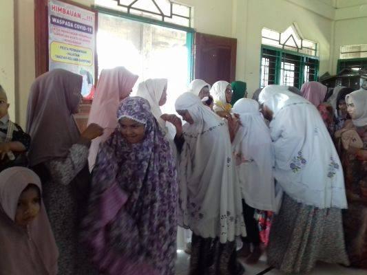 Warga Dusun Blang menggelar Open House di musala desa saat pandemi covid-19.