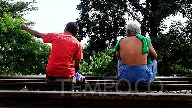 Warga berjemur di bawah sinar matahari di Bekasi, Jawa Barat, Jumat, 3 April 2020. Hal tersebut dilakukan warga untuk memperkuat imunitas tubuh selama wabah virus Corona. TEMPO / Hilman Fathurrahman W