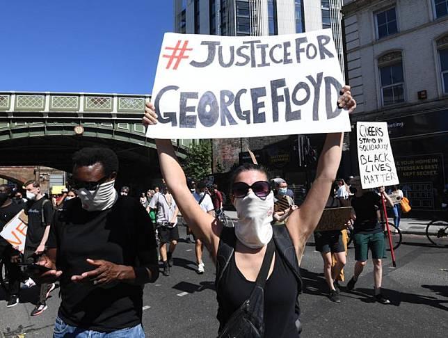 Pendukung aksi Black Lives Matter di London, Inggris, Ahad (31/5) waktu setempat, berkumpul memprotes kekerasan polisi di Amerika yang sudah membunuh pria kulit hitam George Floyd.