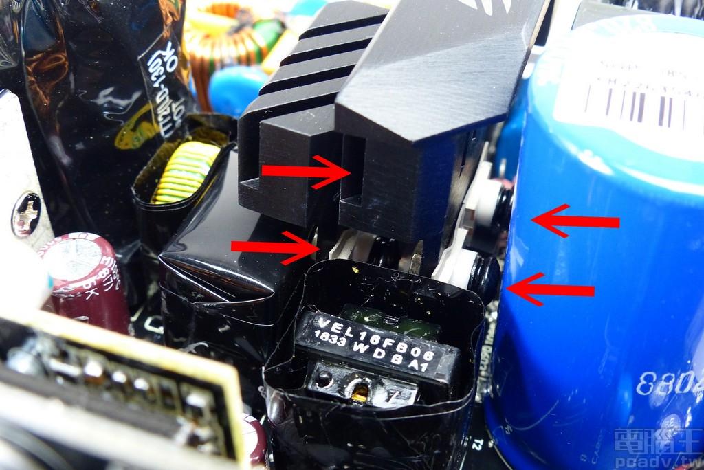 4 顆 IPA50R199CP 以兩兩分組方式,各自安裝 1 片散熱片