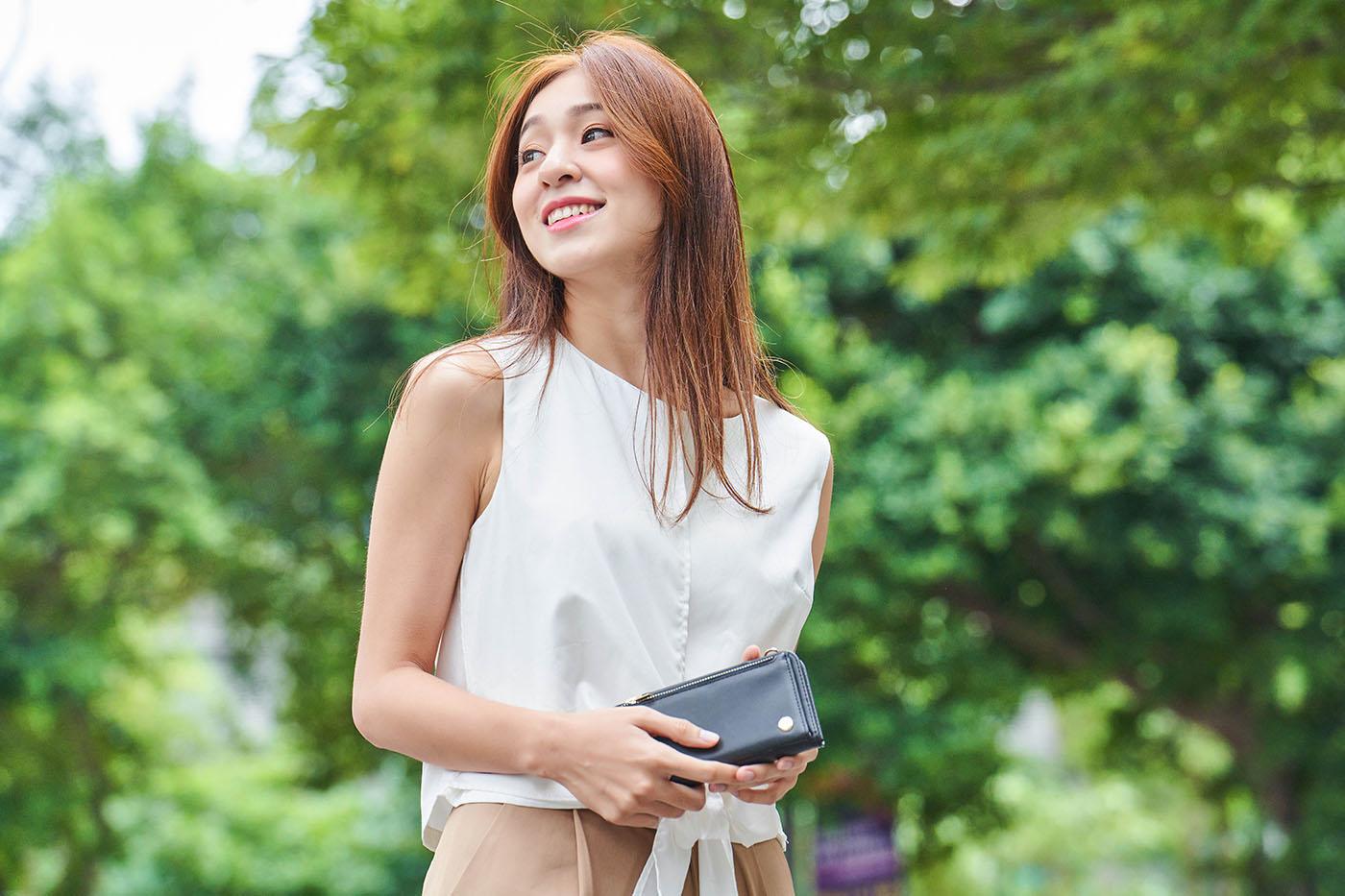 透過 SnapTo 磁吸設計,搭配 SnapTo Crossbody Wallet磁吸式斜背三用手機包,在不搭配背帶使用時,做為手拿包也很適合。