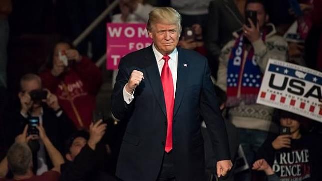 Donald Trump punya alasan khusus kenapa menggunakan dasi kepanjangan dan lebar. (Evan El-Amin / Shutterstock.com)