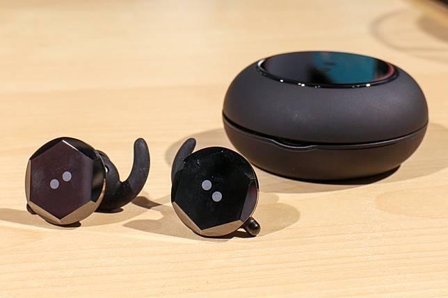 耳機除了圓形款,還有六角形供選擇。