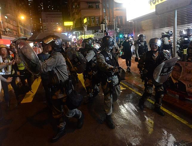 防暴警察驅散一班男子