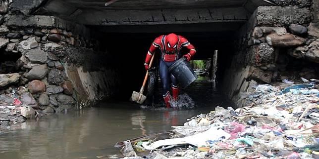 Kisah Spiderman Pemungut Sampah, Tubuh Gatal-Gatal hingga Bawa Pesan Lingkungan