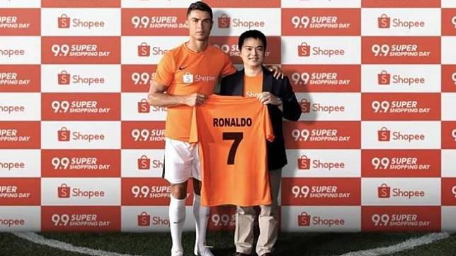Megabintang Juventus, Cristiano Ronaldo (kiri) resmi jadi brand ambassador Shopee. [dok. Shopee]