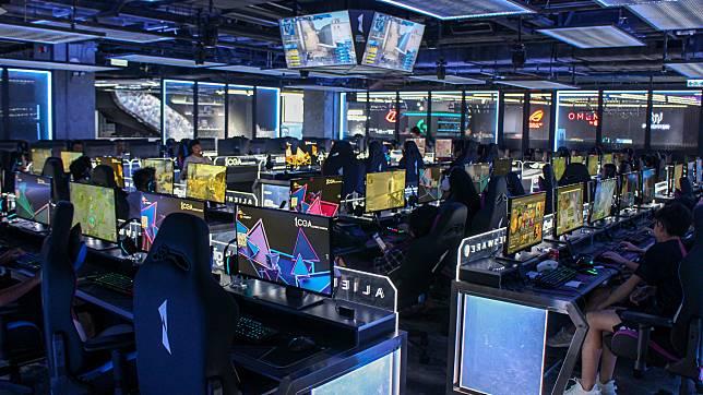 電競鬥陣區空間非常大,提供多款最新遊戲,打機同時又可以認識志同道合的game迷。