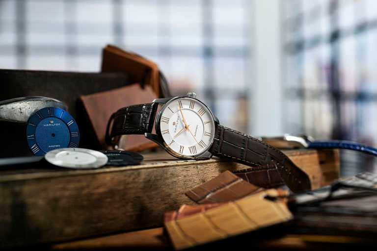 HAMILTON「Jazzmaster Automatic羅馬大三針系列」腕錶,錶盤羅馬數字採夾層式鑲嵌,搭配鏤空設計更顯立體╱磨砂白色錶盤,40mm,精鋼錶殼,咖啡色小牛皮錶帶╱27,600元。(圖╱HAMILTON提供)