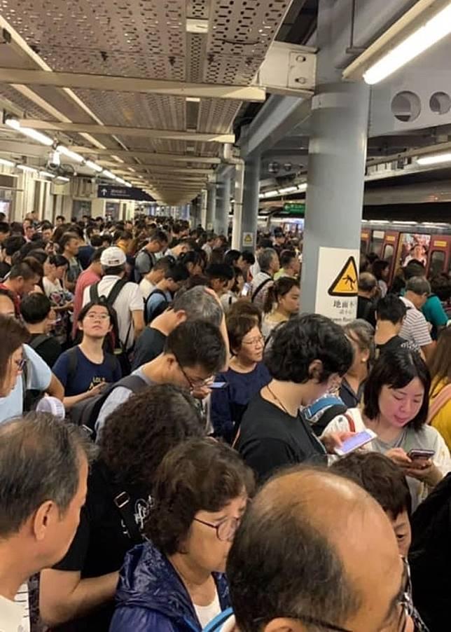 羅湖站月台逼滿乘客。(互聯網)