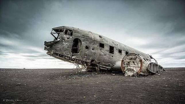 Pesawat bekas kecelakaan tahun 1973 yang kini jadi kawasan wisata di Islandia.
