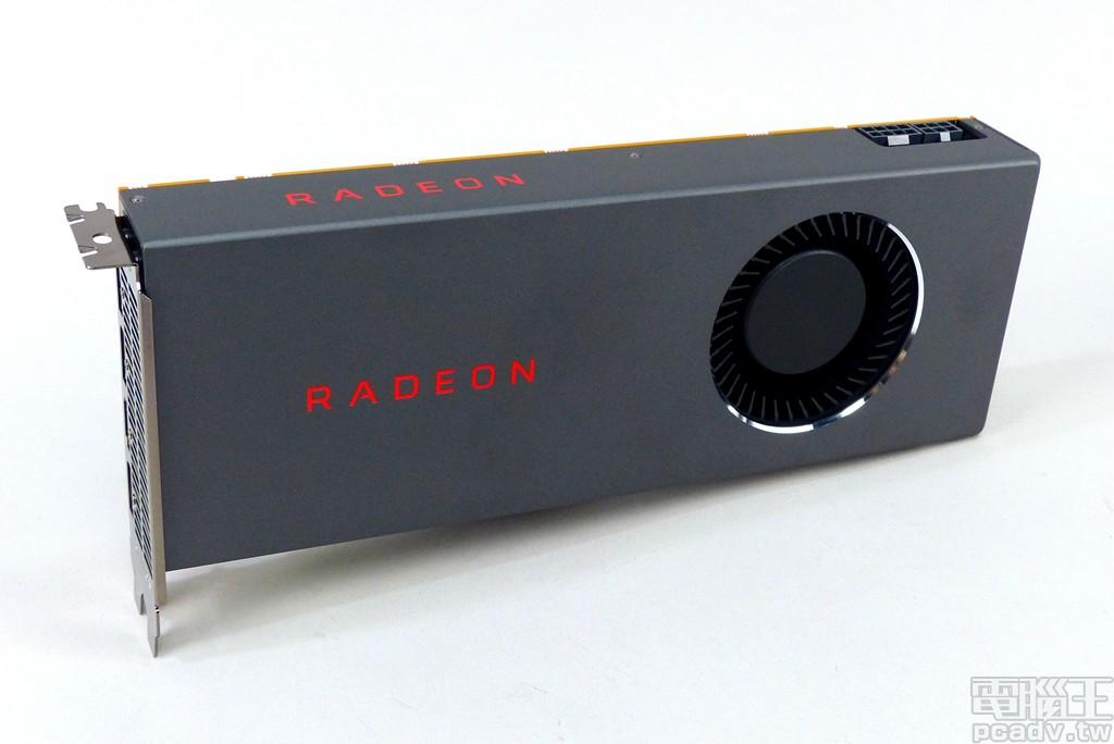 Radeon RX 5700 公版參考設計外觀較為簡潔,風扇四週採用亮面銀邊裝飾,散熱器飾蓋印有紅色 RADEON 字樣。