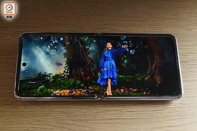 主屏幕提供21.9:9顯示比例及2K解像度,輸出鮮艷明亮,打機睇片畫面討好。(方偉堅攝)