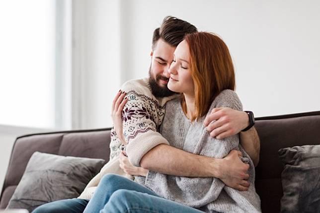 5 Gaya Pelukan Suami dan Artinya bagi Pernikahan