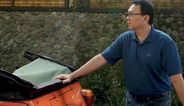 Mantan Gubernur DKI Jakarta Basuki Tjahaja Purnama (Ahok) saat berlibur di Bali mengendarai VW Safari awal 2019 (YouTube)