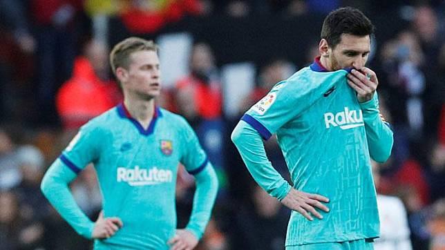 Pemain Barcelona, Lionel Messi dan Frenkie de Jong tampak kecewa setelah pemain Valencia, Maxi Gomez menjebol gawang mereka dalam laga lanjutan Liga Spanyol di Mestalla, Valencia, Spanyol, 25 Januari 2020.  Barcelona tersungkur dan menelan kekalahan 0-2 dari tuan rumah Valencia dalam laga pekan ke-21 La Liga Spanyol. REUTERS/Albert Gea