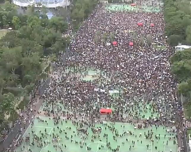 下午2時過後,大批參加者在維園足球場聚集。NOW電視截圖