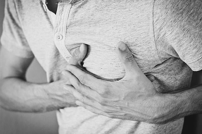 ▲胸悶、胸痛、呼吸困難,檢查發現是心臟小洞在作怪(圖非當事人)。(示意圖/取自 Pixabay )