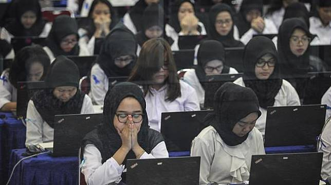 Peserta mengikuti Seleksi Kompetensi Dasar (SKD) berbasis Computer Assisted Test (CAT) untuk Calon Pegawai Negeri Sipil (CPNS) di kantor Wali Kota Jakarta Timur, Jumat (26/10). [ANTARA FOTO/Dhemas Reviyanto]