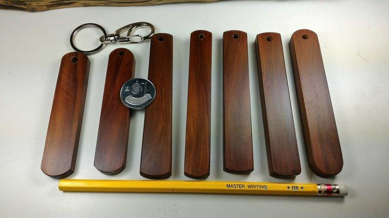 照片最左邊兩支短的已售出。 1.保證台灣原木。 2.手工製作,作工細密。 外觀尺寸: 十元硬幣,可以示意大小,鉛筆長19cm。 材質:台灣紅豆杉