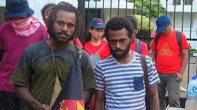Ketua Aliansi Mahasiswa Papua (AMP) Jhon Gobai (kiri) bersama rekannya. [Dok. pribadi]