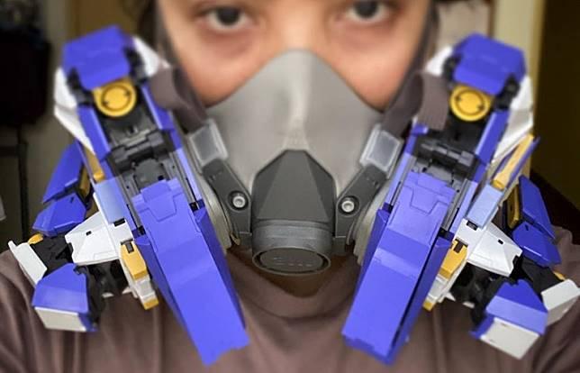 Hi-Tech口罩:模型迷將口罩改裝成高達GN Mask,如果能透出綠光就完美了。(互聯網)