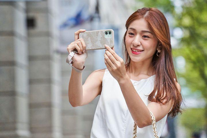 拿手機拍照最怕不慎掉在地上,搭配 Altra 腕帶保護殼,就可同時掛在手腕上,預防 iPhone 真接摔落地上。