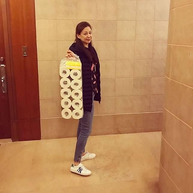 王馨平笑得好開心。