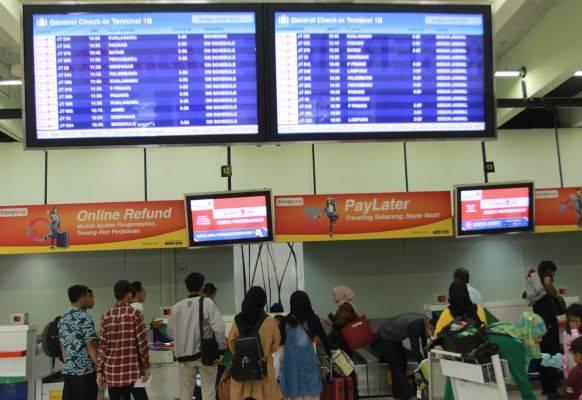 Sejumlah penumpang pesawat melakukan lapor diri di konter chek in Terminal 1 B Bandara Soekarno Hatta, Tangerang