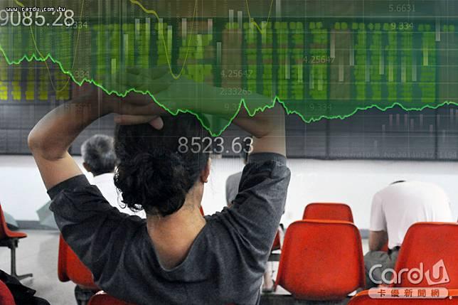 台股因新冠肺炎疫情拖累崩跌,失守萬點大關,一路下探8523點,嚇壞股市投資人(圖/卡優新聞網)