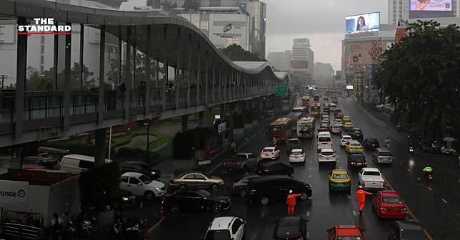 กรมอุตุฯ เตือนประชาชนทั่วไทยระวังภัยจากฝนตกฟ้าคะนอง ส่วน กทม. เสี่ยงฝนร้อยละ 60 ของพื้นที่