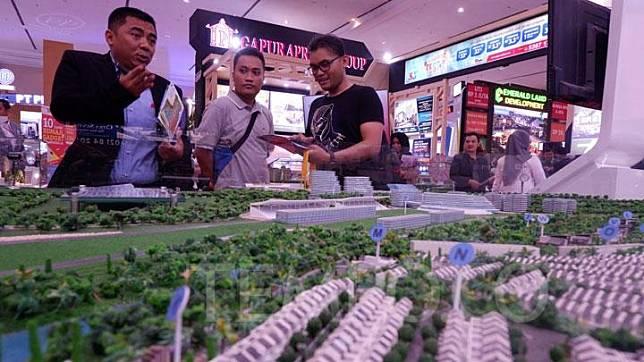 Petugas menawarkan properti pada pengunjung dalam acara Indonesia Property Expo (IPEX) 2019 di JCC, Senayan, Jakarta, 16 November 2019. Pameran ini digelar dalam rangka ulang tahun KPR ke-43. TEMPO/Fajar Januarta