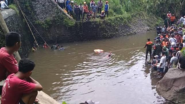 Proses evakuasi korban ke-8 dalam tragedi susur Sungai Sempor, SMP Negeri 1  Turi, Sleman. (Foto: Liputan6.com/Wisnu Wardhana)
