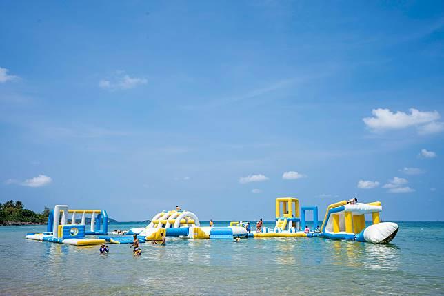 離岸邊不遠的水中有一座充氣樂園,聽說好有挑戰性,有興趣的朋友不妨一試。